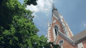 全景掀动在教会绿色树和上面反对天空的 影视素材