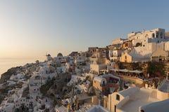 全景日落风景在Oia,圣托里尼海岛,锡拉,希腊镇  图库摄影