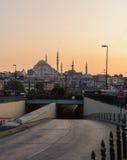 全景晚上在有一个隧道和清真寺的伊斯坦布尔在背景中 免版税库存照片