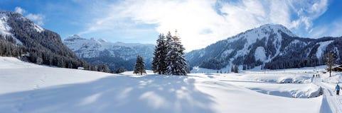 全景晴朗的横越全国的滑雪足迹在Gnade Alm, Hohe Tauern,奥地利 免版税库存照片