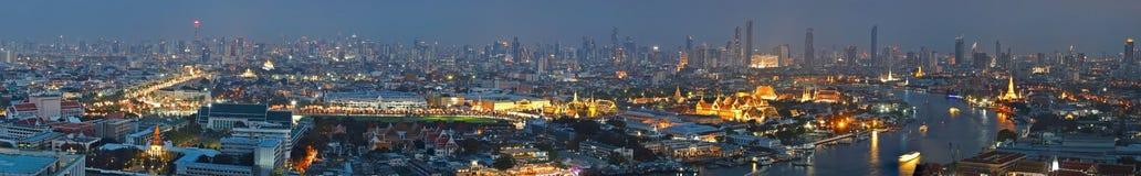 全景曼谷与曼谷大皇宫,曼谷玉佛寺,曼谷斜倚的菩萨地标的寺庙的市概要  免版税图库摄影
