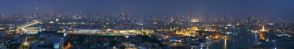 全景曼谷与曼谷大皇宫,曼谷玉佛寺,曼谷斜倚的菩萨地标的寺庙的市概要  图库摄影