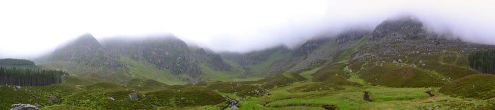 全景有薄雾的苏格兰人Corrie的费- 免版税库存图片