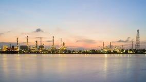 全景汽油精炼厂河前面有日出天空背景 图库摄影