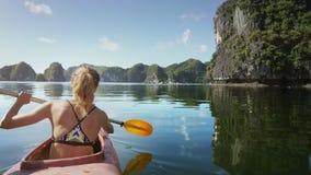 全景沉寂海湾和女孩皮船的在前景 影视素材