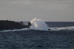全景海景 撞入巨大的石头的巨大的波浪反对天空和天际 特内里费岛西部海滨  库存照片
