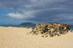 全景海景 火山,黑岩石 背景宏观沙子纹理 背景峡湾光芒海运星期日 展望期 库存图片