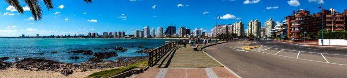 全景海滩和城市 免版税库存照片