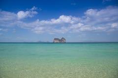 全景海滩和中心海岛有晴朗的天空的 免版税库存图片