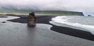 全景海滩和峭壁在Vik (冰岛) 免版税库存照片