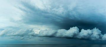 全景漂浮在海的雨云 图库摄影