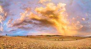 全景照片 在以后的摄影师射击美丽的彩虹 库存图片