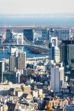 全景现代城市地平线鸟瞰图在蓝天下在东京,日本 库存图片