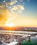 全景现代与富士山的都市风景大厦鸟眼睛鸟瞰图在日出和早晨蓝色明亮的天空下在东京,日本 库存图片