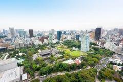 全景现代与zojo籍寺庙寺庙的城市地平线鸟眼睛鸟瞰图从东京塔在剧烈的日出和早晨下 免版税库存照片