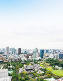 全景现代与zojo籍寺庙寺庙的城市地平线鸟眼睛鸟瞰图从东京塔在剧烈的日出和早晨下 库存照片
