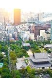 全景现代与zojo籍寺庙寺庙的都市风景大厦鸟眼睛鸟瞰图从东京塔在蓝色的日出和的早晨下 库存图片
