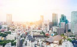 全景现代从东京塔的城市地平线鸟眼睛鸟瞰图在剧烈的日出和早晨蓝天下在东京,日本 免版税库存图片