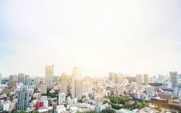 全景现代从东京塔的城市地平线鸟眼睛鸟瞰图在剧烈的日出和早晨蓝天下在东京,日本 免版税库存照片