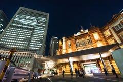 全景现代东京站都市风景大厦鸟眼睛空中夜视图在霓虹灯和深蓝天空下的在东京,日本 免版税库存照片