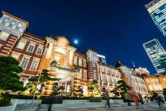 全景现代东京站都市风景大厦鸟眼睛空中夜视图在霓虹灯和深蓝天空下的在东京,日本 免版税图库摄影