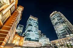全景现代东京站都市风景大厦鸟眼睛空中夜视图在霓虹灯和深蓝天空下的在东京,日本 库存照片