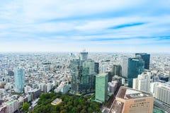 全景现代在剧烈的太阳和早晨蓝色多云天空下的城市地平线鸟眼睛鸟瞰图在东京,日本 免版税库存照片