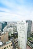 全景现代在剧烈的太阳和早晨蓝色多云天空下的城市地平线鸟眼睛鸟瞰图在东京,日本 免版税图库摄影