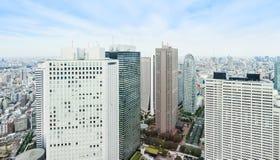全景现代在剧烈的太阳和早晨蓝色多云天空下的城市地平线鸟眼睛鸟瞰图在东京,日本 库存照片