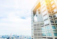 全景现代在剧烈的太阳和早晨蓝色多云天空下的城市地平线鸟眼睛鸟瞰图在东京,日本 库存图片