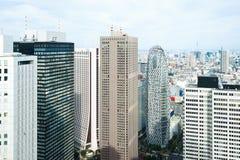 全景现代城市地平线鸟眼睛鸟瞰图在方式下gakuen茧塔在剧烈的太阳和早晨蓝色多云天空下 免版税库存图片