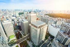 全景现代明治神宫城市地平线鸟眼睛鸟瞰图在剧烈的太阳和早晨蓝色多云天空下的在东京,日本 免版税图库摄影