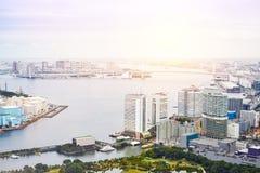 全景现代Odaiba海湾和彩虹桥梁都市风景大厦鸟眼睛鸟瞰图在日出下和早晨蓝色聪慧的sk 库存照片