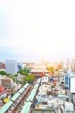 全景现代Sensoji寺庙都市风景大厦鸟眼睛鸟瞰图在日出和早晨蓝色明亮的天空下在东京, Jap 免版税库存图片