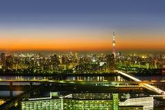 全景现代skytree都市风景大厦鸟眼睛空中夜视图在霓虹灯和美丽的深蓝天空下的在东京, J 库存图片