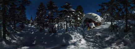 360全景瑞士山中的牧人小屋和雪板在星下的冬天森林里 免版税图库摄影