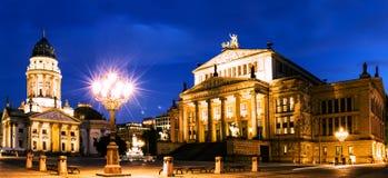 全景的夜 有德国大教堂的Gendarmenmarkt广场 库存照片