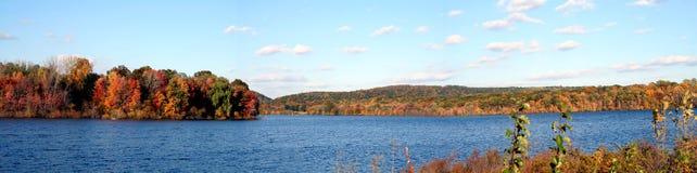 全景秋天的湖 免版税库存图片