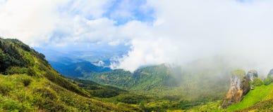 全景美丽的山和雾在土井inthanon在Chiangmai省,泰国 库存照片