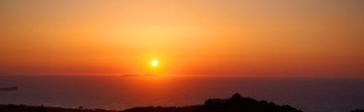 全景美好的神奇剧烈的浪漫五颜六色的太阳黄昏发出光线在爱奥尼亚海的日落沙子海滩的 暮色焕发 希腊 图库摄影