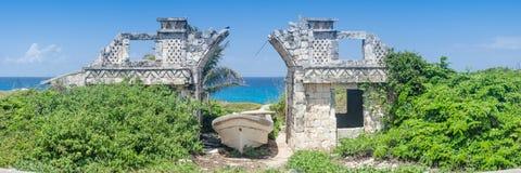 全景老废墟、小船和海洋 免版税库存照片