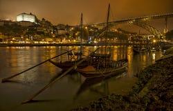 全景老波尔图河Duoro,运输小船、老盖亚镇、镇和著名桥梁Ponte dom雷斯,葡萄牙的葡萄酒口岸 库存图片