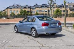 全景背面图BMW 320D蓝色 都市的场面 库存图片