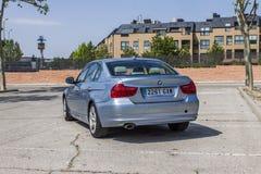全景背面图BMW 320D蓝色 都市的场面 库存照片