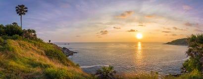 全景观点,在Phrom thep海角或Laem Phrom thep的日落是标志普吉岛海岛,泰国 库存图片