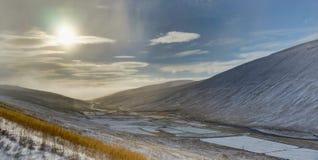 全景视图与在山的冬天 圣诞节横向魔术晚上 免版税库存照片