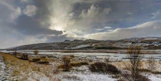全景视图与在山的冬天 圣诞节横向魔术晚上 免版税图库摄影