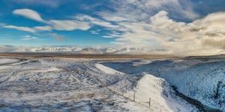 全景视图与在山的冬天 圣诞节横向魔术晚上 免版税库存图片