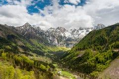 全景视图到朱利安阿尔卑斯山的谷里 库存照片