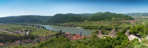 全景视图在一个小镇的晴天瓦豪谷的与 库存图片